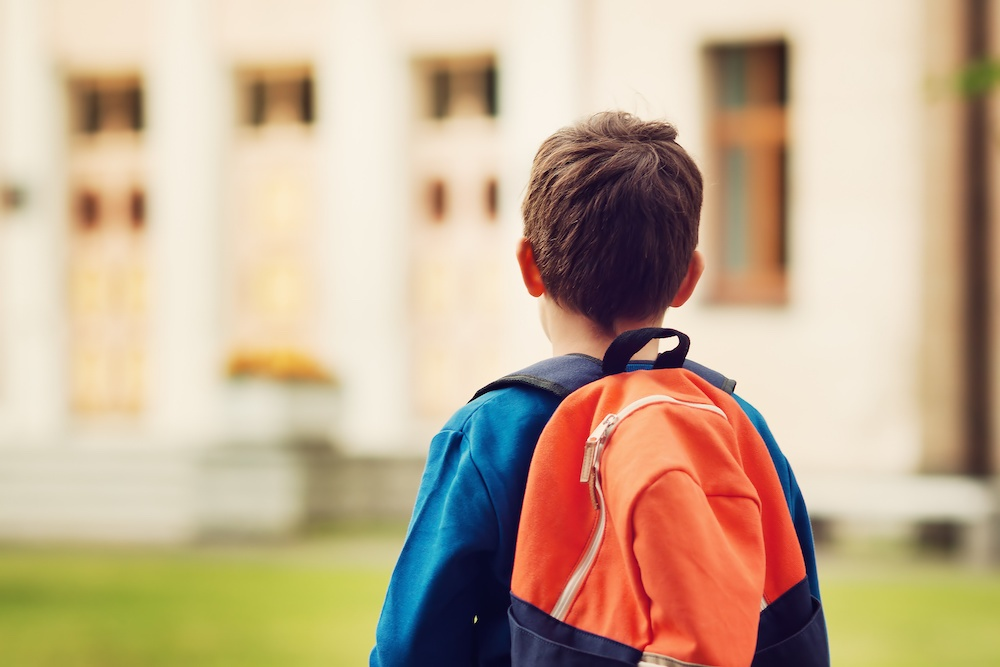 HOW TO HELP YOUR KIDS FIT IN AT A NEW SCHOOL